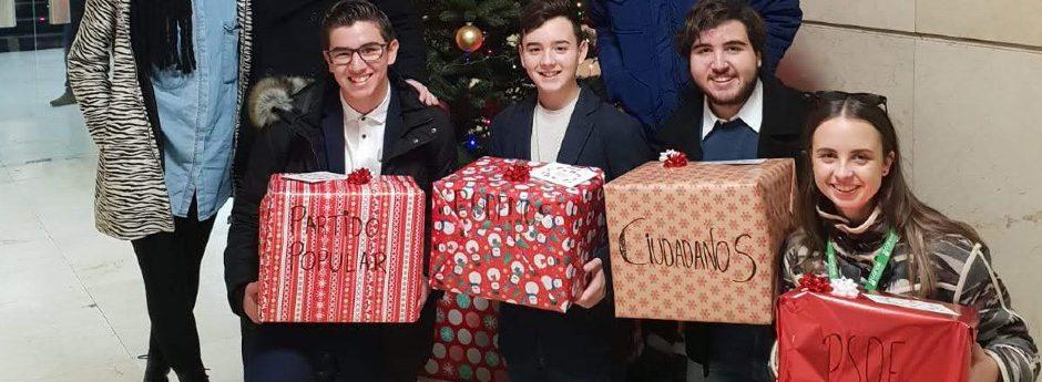 Estudiantes hacen regalos navideños a los partidos políticos